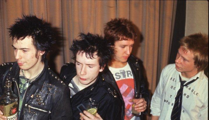 """Sex Pistols in uscita il box set: 4 live album con il celebre """"Lesser Free Trade Hall"""" di Manchester"""